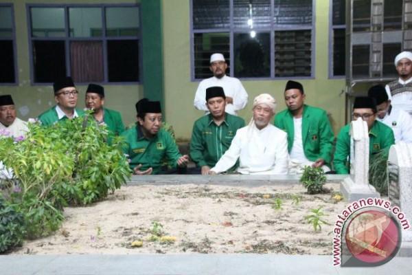 Muhammad Romahurmuziy News: Romahurmuziy Ziarah Makam Pejuang PPP Alawy Muhammad