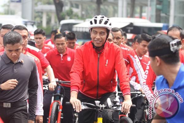 Presiden bersepeda serahkan sertifikat tanah ke warga