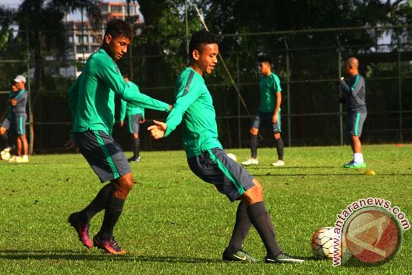 Latihan Timnas U-19 Jelang Piala AFF Sejumlah pesepak bola Tim Nasional (Tim Nas) Indonesia U- 19 melakukan latihan akhir jelang mengikuti kejuaraan Piala AFF U- 18 yang dipusatkan di Karawaci, Tangerang, Banten, Senin (28/8/2017). (ANTARA FOTO/Muhammad Iqbal)