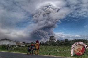 Ribuan warga terdampak abu vulkanik Gunung Sinabung