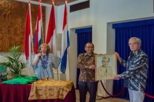 Rosemarie Donkersloot serahkan lukisan diri Sultan Hamid II