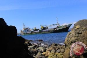 Kapal Pengangkut Beras Kandas