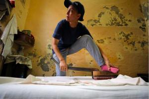 Mesir lestarikan tradisi menyetrika dengan kaki