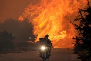 Kebakaran di Yunani sulit dipadamkan karena angin kencang