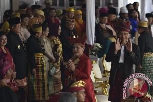 Upacara detik-detik proklamasi, Jokowi berpakaian adat Tanah Bumbu