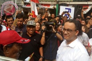 Ramaikan lomba 17-an Jalan Jaksa, Anies menang tarik tambang