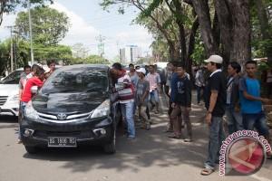 Sopir angkutan umum Sumsel datangi DPDR protes beroperasi angkutan online