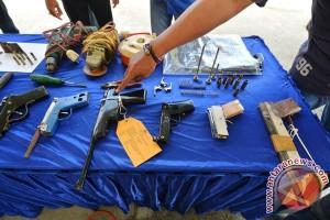 Dua pria diringkus karena bawa senjata api