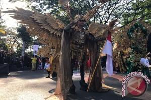 Peserta karnaval beratraksi di depan Presiden