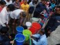 Warga mengantre saat pemberian bantuan air bersih oleh PDAM Tirtawening Kota Bandung di kawasan Muararajeun Kaler, di Bandung, Jawa Barat, Senin (4/9/2017). PDAM Tirtawening Kota Bandung secara langsung mendatangi wilayah khususnya warga yang membutuhkan dan kesulitan mendapatkan air bersih pada musim kemarau sebagai bentuk kepedulian serta peningkatan pelayanan kepada masyarakat. (ANTARA FOTO/Fahrul Jayadiputra)