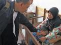 Terdakwa kurir sabu-sabu Irwantoni (tengah) menangis sambil memeluk ibunya, sebelum mengikuti sidang dengan agenda pembacaan putusan, di Pengadilan Negeri Medan, Sumatera Utara, Rabu (13/9/2017). Irwantoni divonis hukuman mati, terkait kasus kurir sabu-sabu seberat 270 Kg. (ANTARA/Irsan Mulyadi)
