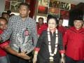 Ketua Umum DPP PDI Perjuangan Megawati Soekarnoputri (tengah) menghadiri Konsolidasi Organisasi Partai PDI Perjuangan Provinsi Sumatera Selatan di Palembang Sport and Convention Center (PSCC) Palembang, Sumatera Selatan, Rabu (13/9/2017). Rapat Konsolidasi Internal tersebut membahas persiapan PDIP dalam pemenangan Pilkada Serentak di Sumsel tahun 2018. (ANTARA /Nova Wahyudi)