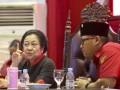 Ketua Umum DPP PDI Perjuangan Megawati Soekarnoputri (kiri) berbincang dengan Ketua DPD PDI Perjuangan Provinsi Sumsel Giri Ramanda N Kiemas (kanan) saat menghadiri Konsolidasi Organisasi Partai PDI Perjuangan Provinsi Sumatera Selatan di Palembang Sport and Convention Center (PSCC) Palembang, Sumatera Selatan, Rabu (13/9/2017). Rapat Konsolidasi Internal tersebut membahas persiapan PDIP dalam pemenangan Pilkada Serentak di Sumsel tahun 2018. (ANTARA/Nova Wahyudi)