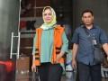 Wali Kota nonaktif Tegal Siti Masitha Soeparno (kiri) meninggalkan gedung KPK seusai menjalani pemeriksaan di Jakarta, Kamis (14/9/2017). Siti Masitha diperiksa sebagai tersangka terkait dugaan suap pengelolaan dana jasa kesehatan di RSUD Kardinah Tegal dan pengadaan barang dan jasa di lingkungan Pemkot Tegal tahun anggaran 2017. (ANTARA /Wahyu Putro A)