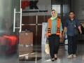 Wali Kota nonaktif Tegal Siti Masitha Soeparno (kiri) meninggalkan gedung KPK seusai menjalani pemeriksaan di Jakarta, Kamis (14/9/2017). Siti Masitha diperiksa sebagai tersangka terkait dugaan suap pengelolaan dana jasa kesehatan di RSUD Kardinah Tegal dan pengadaan barang dan jasa di lingkungan Pemkot Tegal tahun anggaran 2017. (ANTARA/Wahyu Putro A)