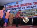 Gubernur Sumatera Barat, Irwan Prayitno (kanan) memukul gong didampingi Kepala Pusat Peningkatan Mutu PPSDM Kemenkes Yuti Suhartati (ketiga kiri) dan Ketua Persatuan Perawat Gigi Indonesia (PPGI), Epi Nopiah (kedua kanan), saat pembukaan Munas PPGI VIII di Padang, Sumatera Barat, Kamis (14/9/2017). Munas yang diikuti sekitar 400-an perawat gigi dari berbagai provinsi di Indonesia itu mengusung tema Kita Perkuat Organisasi Untuk Meraih Kejayaan Profesi. (ANTARA FOTO/Iggoy el Fitra)