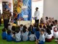 Presiden Joko Widodo (kedua kiri) didampingi Menristek Dikti M Nasir (kiri) menyapa siswa TK dan SD saat meninjau Gedung Fasilitas Perpustakaan Nasional di Jakarta, Kamis (14/9/2017). Presiden meminta Perpusnas mampu mengembangkan sistem digitalisasi, khususnya untuk meningkatkan minat baca kepada anak-anak generasi Y dan generasi Z yang memiliki pola pikir dan perilaku jauh berbeda dengan generasi generasi sebelumnya. (ANTARA FOTO/Puspa Perwitasari)