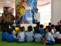 Presiden Joko Widodo (ketiga kiri) didampingi Menristek Dikti M Nasir (kiri) menyapa siswa TK dan SD saat meninjau Gedung Fasilitas Perpustakaan Nasional di Jakarta, Kamis (14/9/2017). Presiden meminta Perpusnas mampu mengembangkan sistem digitalisasi, khususnya untuk meningkatkan minat baca kepada anak-anak generasi Y dan generasi Z yang memiliki pola pikir dan perilaku jauh berbeda dengan generasi generasi sebelumnya. (ANTARA FOTO/Puspa Perwitasari)