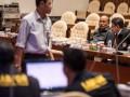 Kepala Puslabfor Bareskrim Polri Brigjen Pol Alexander Mandalika (kedua kanan) berbincang dengan Kabid Fiskomfor Bareskrim Polri Kombes Pol Roedy Aris Tavip (kanan) sebelum rapat dengar pendapat dengan Pansus Hak Angket KPK di Kompleks Parlemen Senayan, Jakarta, Kamis (14/9/2017). Rapat dengar pendapat tersebut akan mendengarkan penjelasan Puslabfor Polri mengenai rekaman CCTV operasi tangkap tangan (OTT) KPK di BPK. (ANTARA FOTO/M Agung Rajasa)