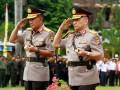 Pejabat baru Kapolda Sulbar Brigjen Pol Baharuddin Djafar (kanan) dan pejabat lama Brigjen Pol Nandang (kiri) melakukan penghormatan saat upacara serah terima jabatan di lapangan Ammakirang, Mamuju, Sulawesi Barat, Kamis (14/9/2017). Mantan Karopaminal Divpropam Polri Brigjen Pol Baharuddin Djafar resmi menjabat sebagai Kapolda Sulbar mengantikan Brigjen Pol Nandang yang kini menjabat sebagai Kapolda Riau. (ANTARA FOTO/Akbar Tado)