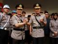 Pejabat baru Kapolda Sulbar Brigjen Pol Baharuddin Djafar (kiri) dan pejabat lama Brigjen Pol Nandang (kanan) melakukan salam komando usai upacara serah terima jabatan di lapangan Ammakirang, Mamuju, Sulawesi Barat, Kamis (14/9/2017). Mantan Karopaminal Divpropam Polri Brigjen Pol Baharuddin Djafar resmi menjabat sebagai Kapolda Sulbar mengantikan Brigjen Pol Nandang yang kini menjabat sebagai Kapolda Riau. (ANTARA FOTO/Akbar Tado)