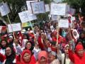 Sejumlah warga yang menamakan dirinya Barisan Masyarakat Indonesia (BMI) melakukan aksi unjuk rasa di depan Kantor Pemerintah Daerah Kabupaten Bogor, Cibinong, Jawa Barat, Kamis (14/9/2017). Dalam aksinya mereka menuntut kesehatan gratis untuk masyarakat, perbaikan pelayanan kesehatan, sanksi tegas rumah sakit yang melanggar peraturan perundang-undangan dan pembuatan akte kelahiran gratis tanpa terkecuali. (ANTARA FOTO/Yulius Satria Wijaya)