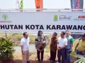 Bupati Karawang Cellica Nurrachadiana (kedua kiri), Chief of Corporate Social Responbility (CSR) PT Toyota Motor Manufacturing Indonesia (TMMIN) Adjie Sapta (ketiga kiri) dan Kepala Dinas Lingkungan Hidup dan Kebersihan Karawang Wawan Setiawan (ketiga kanan) berbincang pada peresmian Hutan Kota Karawang yang berlokasi di Jalan Lingkar Luar Tanjung Pura Karawang, Jawa Barat, Sabtu (16/9/2017). Toyota Indonesia membangun hutan kota seluas 3,5 hektar di jantung Kota Lumbung Padi Jawa Barat dengan menanam 1.076 pohon jenis tanaman hutan konservasi dan tanaman buah. (ANTARA /HO/Ferdi)