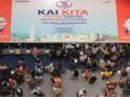 "Pengunjung mengantre untuk membeli tiket kereta api saat ""Kereta Api Indonesia (KAI) Kita Travel Fair"" di Surabaya, Jawa Timur, Kamis (21/9/2017). Dalam KAI Travel Fair yang berlangsung pada 21-23 September 2017 tersebut PT KAI Daerah Operasi (Daop) 8 Surabaya menyediakan sebanyak 50 ribu tiket promo kereta api kelas eksekutif ke berbagai tujuan di Pulau Jawa dengan diskon hingga 60 persen. (ANTARA /Moch Asim)"
