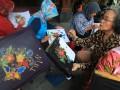 Peserta mengikuti kegiatan belajar membatik bersama dalam rangkaian acara Festival Laweyan di Kampoeng Batik Laweyan, Solo, Jawa Tengah, Selasa (26/9/2017). Kegiatan tersebut digelar untuk mengenalkan potensi Kampoeng Batik Laweyan sekaligus menyambut Hari Batik Nasional pada 2 Oktober mendatang. (ANTARA FOTO/Maulana Surya)