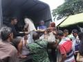 Relawan gabungan mengangkut penumpang yang terlantar akibat aksi mogok massal supir angkutan kota di depan Balaikota Malang, Jawa Timur, Selasa (26/9/2017). Aksi mogok massal tersebut untuk memprotes keberadaan transportasi berbasis aplikasi online. (ANTARA FOTO/Ari Bowo Sucipto)