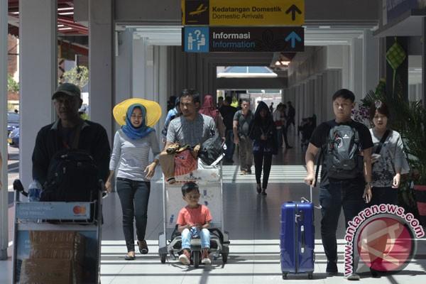 Dokumentasi sejumlah penumpang pesawat berada di kawasan Terminal Domestik Bandara Internasional I Gusti Ngurah Rai, Bali, Selasa (19/9/2017). (ANTARA FOTO/Fikri Yusuf)