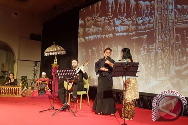Susi Tidak Tahan Diajak Menyanyi Di Roma