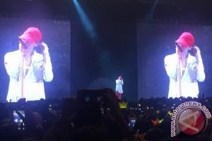 Turun panggung, G-Dragon bikin heboh fans