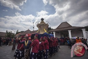 Ribuan warga mengikuti ritual budaya Mubeng Beteng