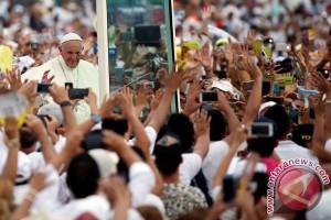Paus Fransiskus kena benturan ringan saat menyapa jemaah di Kolombia