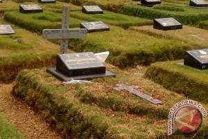 Dua pekan bayi Debora meninggal, masyarakat tetap kunjungi makam