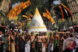 """150 tumpeng sambut """"Suronan"""" di Semarang"""