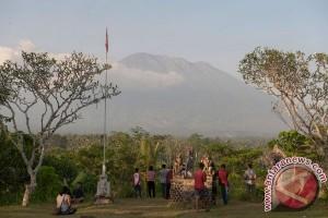 Warga Besakih jual ternak antisipasi Gunung Agung