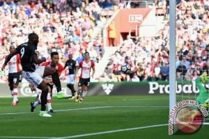 Klasemen Liga Inggris, dua Manchester teratas