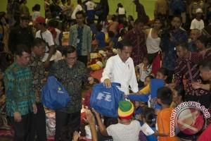 Presiden Jokowi serahkan bantuan pengungsi Gunung Agung Rp7,2 miliar
