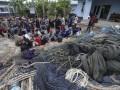 Ratusan nelayan Vietnam menunggu untuk dipulangkan ke negaranya menggunakan kapal Vietnam Coast Guard di Kantor Dirjen Pengawas Sumber Daya Kelautan dan Perikanan (PSDKP) Kementerian Kelautan dan Perikanan (KKP) Batam, Kepulauan Riau, Rabu (4/10/2017). KKP bekerjasama dengan Kementerian Luar Negeri, Dirjen Imigrasi Kementerian Hukum dan HAM, TNI AL dan Polri melakukan repatriasi terhadap 239 nelayan berkewarganegaraan Vietnam yang ditangkap petugas beberapa waktu lalu dalam berbagai operasi pemberantasan kegiatan penangkapan ikan secara ilegal di Perairan Indonesia. (ANTARA /M N Kanwa)
