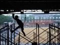 Pekerja menyelesaikan proyek renovasi Stadion Madya, Senayan, Jakarta, Kamis (12/10/2017). Renovasi Stadion Madya Senayan yang akan menjadi salah satu arena Asian Games 2018 itu ditargetkan selesai pada Desember 2017. (ANTARA/Akbar Nugroho Gumay)