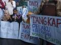 Sejumlah kiai, santri dan santriwati Nahdlatul Ulama dari berbagai daerah melakukan aksi di Gedung KPK, Jakarta, Kamis (12/10/2017). Aksi tersebut untuk memberikan dukungan kepada KPK agar segera menuntaskan berbagai kasus korupsi, salah satunya kasus korupsi proyek KTP elektronik. (ANTARA /Hafidz Mubarak A)