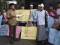 Sejumlah kiai, santri dan santriwati Nahdlatul Ulama dari berbagai daerah melakukan aksi di Gedung KPK, Jakarta, Kamis (12/10/2017). Aksi tersebut untuk memberikan dukungan kepada KPK agar segera menuntaskan berbagai kasus korupsi, salah satunya kasus korupsi proyek KTP elektronik. (ANTARA/Hafidz Mubarak A)