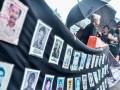 Aktivis Jaringan Solidaritas Korban untuk Keadilan (JSKK) menggelar aksi Kamisan ke-509 di depan Istana Merdeka, Jakarta, Kamis (12/10/2017). Aksi damai JSKK tersebut meminta pemerintah mewujudkan komitmen dalam menyelesaikan kasus pelanggaran HAM berat pada masa lalu. (ANTARA/Bernadeta Victoria)