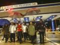 Presiden Joko Widodo (tengah) didampingi Menteri BUMN Rini Soemarno (kedua kanan), Menteri PUPR M. Basuki Hadimuljono (kedua kiri), Seskab Pramono Anung (kiri) dan Gubernur Sumatera Selatan Alex Noerdin (ketiga kanan) meninjau gerbang tol Palembang saat peresmian jalan tol Sumatra ruas Palembang-Indralaya (Palindra) Seksi I di Desa Ibul Besar, Pemulutan, Ogan Ilir (OI), Sumatra Selatan, Kamis (12/10/2017). Presiden Jokowi meresmikan Jalan tol Sumatera ruas Palembang-Indralaya (Palindra) seksi I Palembang-Pemulutan sejauh 7 km dan meminta pihak pengelola untuk menggratiskan sampai akhir tahun 2017. (ANTARA /Nova Wahyudi)