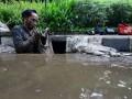 Petugas Dinas Sumber Daya Air Kota Administrasi Jakarta Pusat mengangkut lumpur dan sampah yang berada di dalam gorong-gorong di Jakarta, Jumat (13/10/2017). Pemrov DKI Jakarta melakukan pembersihan di sejumlah saluran air untuk mengantisipasi genangan air dan banjir saat hujan deras. (ANTARA/Rivan Awal Lingga)