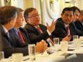 Menteri Perencanaan Pembangunan Nasional/Kepala Bappenas Bambang Brodjonegoro (kedua kiri) dan Menko Maritim Luhut B. Panjaitan (kedua kanan), berbincang dengan kalangan pebisnis Amerika Serikat (AS) dalam forum yang diselenggarakan Business Council for International Understanding (BCIU), di Washington DC, Kamis (12/10/2017) Menteri Bambang menyampaikan, sudah saatnya pengusaha AS meningkatkan investasi di Indonesia khususnya dalam bidang infrastruktur melalui skema Pembiayaan Investasi Non Anggaran Pemerintah (PINA) dan Public Private Partnership (PPP), sedangkan Menko Maritim Luhut menegaskan Indonesia aman untuk investasi seiring membaiknya iklim investasi. Kedua Menteri berharap AS meningkatkan investasinya di Indonesia yang selama Januari-Juni 2017 berada di posisi lima besar. (ANTARA /HO/17)