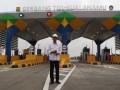 Presiden Joko Widodo berdiri di depan pintu masuk tol ketika meninjau Jalan Tol Trans Sumatera ruas gerbang tol Kualanamu saat diresmikan di Deli Serdang, Sumatera Utara, Jumat (13/10/2017). Presiden Joko Widodo meresmikan jalan tol Trans Sumatera ruas Medan-Kualanamu-Tebing Tinggi sepanjang 61,72 km dan Medan-Binjai sepanjang 10,6 km yang telah siap dioperasikan. (ANTARA /Septianda Perdana)