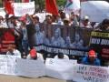 Anggota Awak Mobil Tangki (AMT) berunjuk rasa sebelum melakukan aksi Longmarch Bandung Jakarta dengan berjalan kaki, di Bandung, Jawa Barat, Jumat (13/10/2017). Sebanyak 50 buruh Awak Mobil Tangki Pertamina akan melakukan aksi jalan kaki dari Bandung menuju Jakarta sejauh 160 km guna menuntut pemerintah terkait PHK massal serta memperjuangkan hak pekerja AMT. (ANTARA FOTO/Fahrul Jayadiputra)